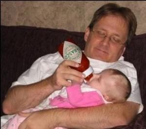 bébé boit Tabasco